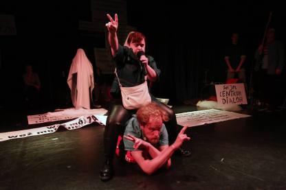 Teatr-21-Rewolucja-ktorej-nie-bylo-fot-Grzegorz-Press-6